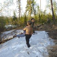 Снежный человек уносит в тундру похищенную им девушку :: Сергей Лошкарёв