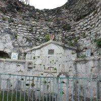 Алтарная часть храма (VIII век) в цитадели Анакопийской крепости :: Елена Смолова