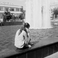 девушка у фонтана :: Юлия Закопайло