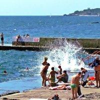 вдруг негаданно-нежданно в берег врезалась волна... :: Александр Корчемный