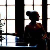 девушка у окна :: Алла Панасенко