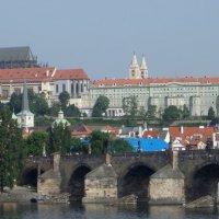 Прага утренняя. Вид на Пражский град и Карлов мост :: Юрий Цыплятников