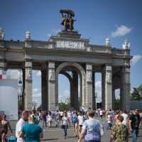 Перед Центральным входом :: Константин Фролов