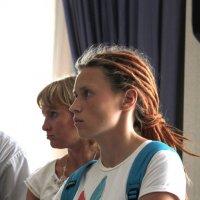Профиль девушки с голубым рюкзаком :: Наталья Золотых-Сибирская