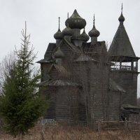 Вид со стороны Онежского озера на храм Дмитрия Мироточивого с шатровой колокольней :: Елена Павлова (Смолова)