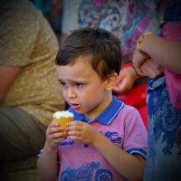 почему он так смотрит на мое мороженое? :: Александр С.