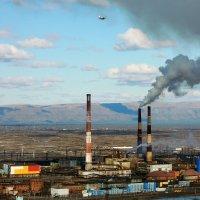 Пол крылом самолёта зачем то дымит...  Медный завод рядом с Норильском :: Сергей Карцев