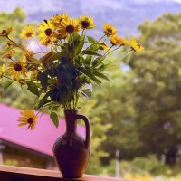 Вазочка на подоконнике в ней желтые цветочки :: Денис Антонюк