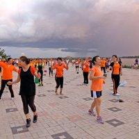 Лаос. Вьентьян. На набережной Меконга каждый вечер танцы под управлением инструктора, вход свободный :: Владимир Шибинский