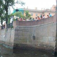 Памятник Чижику на реке Фонтанке.Самый маленький памятник в Петербурге . :: Виктор Елисеев