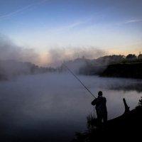 Рыбак в тумане :: Алёна Карякина