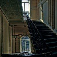 Старый дом отворяет подъезд... :: Лидия Цапко