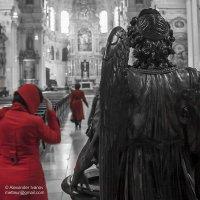 Дамы в красном идут к алтарю :: Александр Иванов