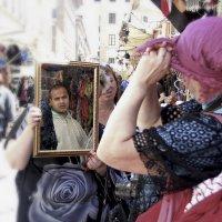 Гуляя улицами Флоренции...попалось вот такое волшебное зеркало-перевоплощение!!! :: Александр Вивчарик