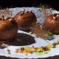 Карамельные яблоки, запечённые с медом и орехами :: Александр Мельник