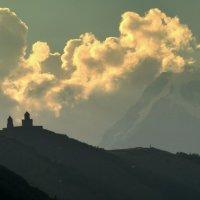 Грузия. Троицкий храм и гора Казбек. :: Игорь