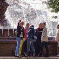 у фонтана молодежь :: gribushko грибушко Николай