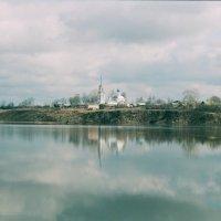 Храм с Кибергино разлив р Нерль Ивановская обл. :: Олег Романенко