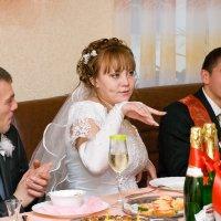 Свадебное фото (танец за столом) :: Дмитрий Иванцов
