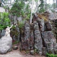 Памятник Венемяйнину в окружении скалистых стен :: Валентина Папилова
