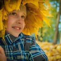 Сын в осеннем парке :: Павел Устинов