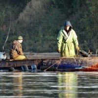 Рыбаки в лодке. Рыбачат. :: Владимир Гилясев