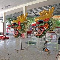 Таиланд. Кон Каен. Комплекс китайского храма. Головы драконов :: Владимир Шибинский