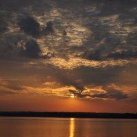 Закат на озере :: Vladimir Lisunov
