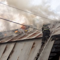 во время ракетного удара пожарные не прекращали тушить горящие дома :: сергей