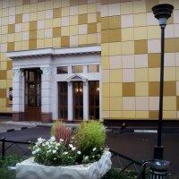 Ресторан Центральный в г. Люберцы, лучше бы театр сделали, ну очень похож... :: Ольга Кривых