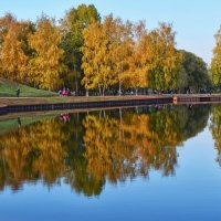 В осеннем парке :: Виктор Позняков