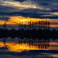 Закат над Шумилинским озером. :: Анатолий Клепешнёв