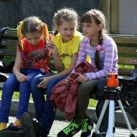 три девицы..на скамеечке :: Олег Лукьянов