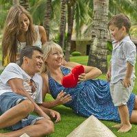 Семья, посиделки на лужайке :: Наталья Краснюк