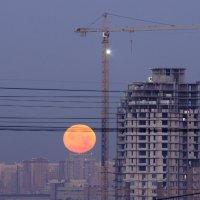 Закат луны в городском интерьере :: Александр Орлов