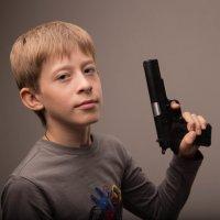 Мальчишеская страсть к оружию :: Веснушка