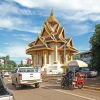 Лаос. Вьентьян. Храм у дороги :: Владимир Шибинский