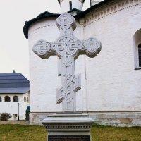 Памятный поклонный крест на месте разрушенной усыпальницы :: Galina Leskova