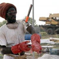СКУЛЬПТОР по мрамору еще  и жонглирует  своими  инструментами.. (ПУЙЕ ОМАР - Сенегал) :: Валерия  Полещикова