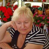 И среди цветов бывает грустно... :: Нина Корешкова
