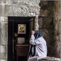Эфиоп служитель прихода,у входа в эфиопскую часть храма«Израиль, всё о религии...» :: Shmual Hava Retro
