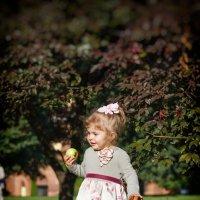 Девочка с яблоками :: Анастасия Соболева