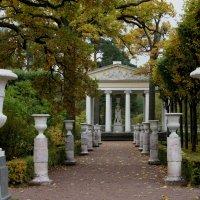 Центральная аллея садика, украшенная мраморными вазами, подводит к павильону Трех граций :: Елена Павлова (Смолова)
