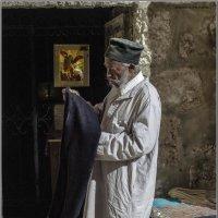 Эфиоп служитель прихода,перед вечерней молитвой«Израиль, всё о религии...» :: Shmual Hava Retro