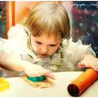 Анечка 2 годика ,лепит пряники :: Наталья Мерзликина