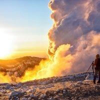 Клубы газа из кратера вулкана Горелый в лучах восходящего солнца :: Сергей Козинцев