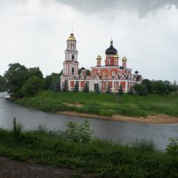Воскресенский собор, стоит на стрелке, там, где Перерытица-Порусья впадает в Полисть :: Елена Павлова (Смолова)