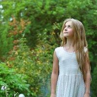 Дружила с птицами, деревьями, цветами. Как приходила - неизвестно никому. :: Ирина Данилова