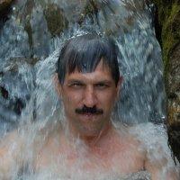 Купание в водопаде :: Михаил Кузнецов