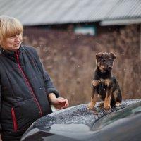 Наталья Беликова с новым питомцем приюта для бездомных собак :: Анатолий Тимофеев